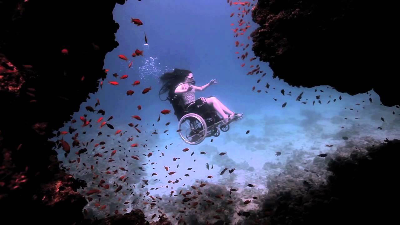 13. Sue Austin no dejó su discapacidad interrumpir su sueño de explorar el océano y, por lo tanto, está en el mar con una silla de ruedas especial